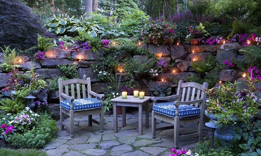 Романтическое освещение в саду