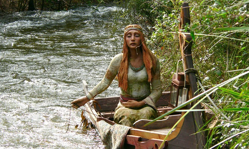 Скульптура девушки из терракоты