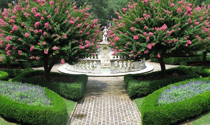 Старинный фонтан в саду