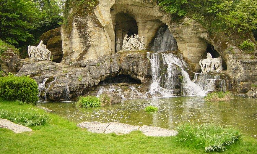 Природный фонтан со скульптурами