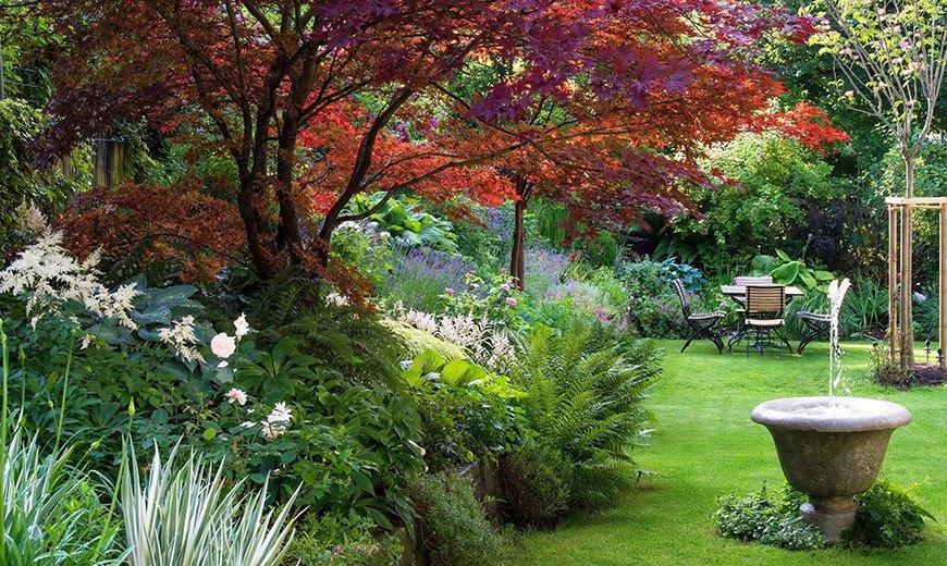 Маленький фонтан в японском саду