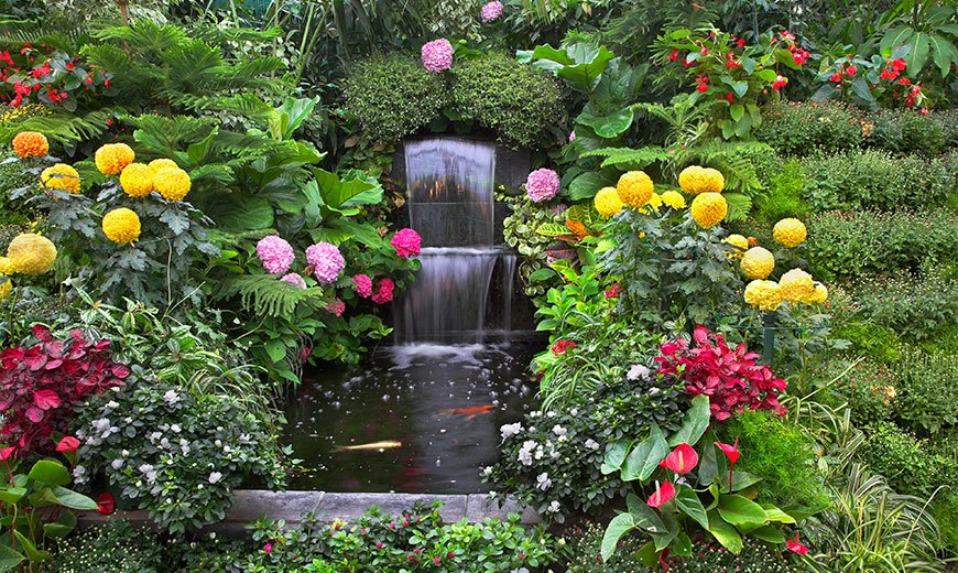 Каскадный фонтан среди цветов