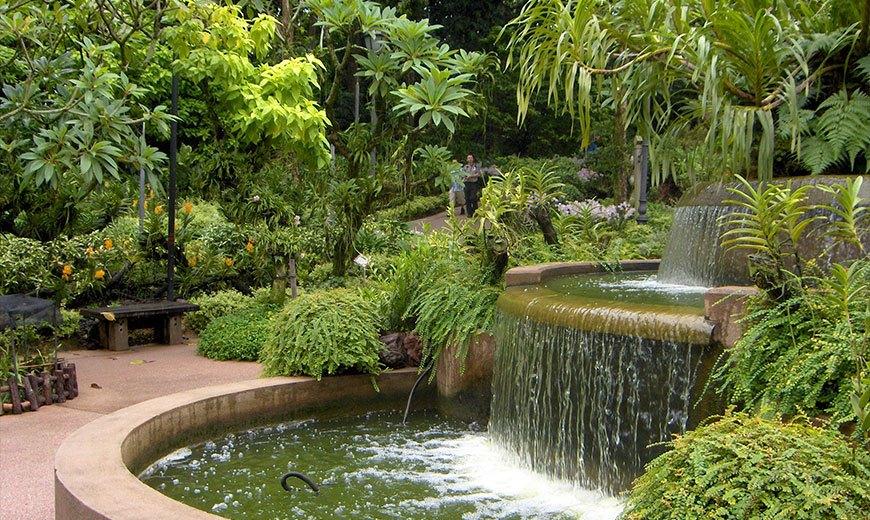 Каскадный фонтан в восточном саду