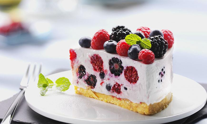Сливочный торт с ежевикой