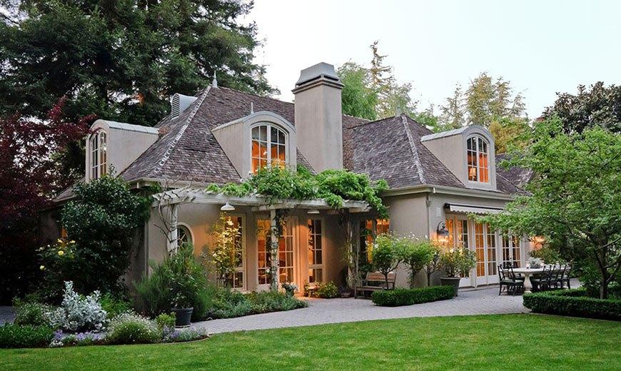 Партерный газон перед домом