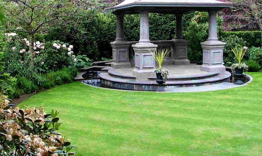Партерный газон с фонтаном