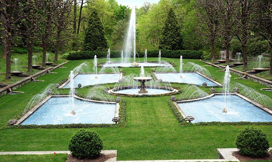 Партерный газон с фонтанами