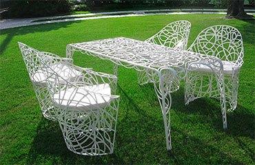 Кованая мебель на газоне