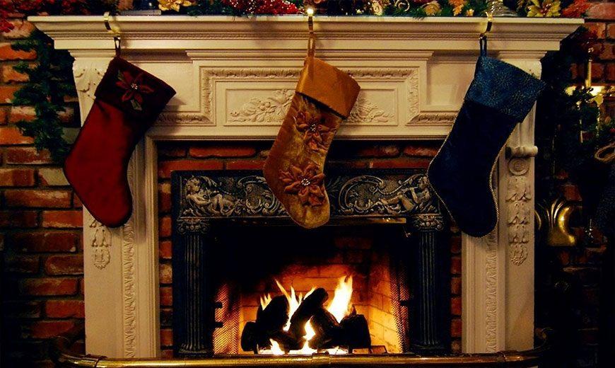 Рождественские чулки на камине