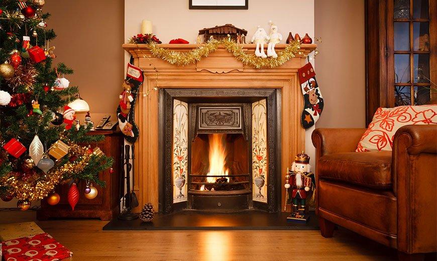 Рождественские носки на камине