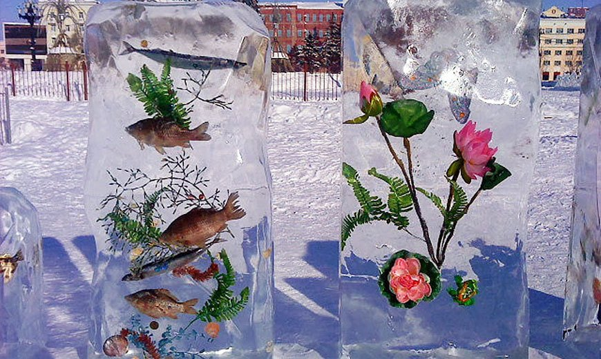Ледяная композиция с цветами