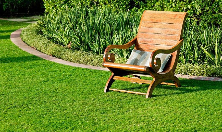 Кресло на газоне