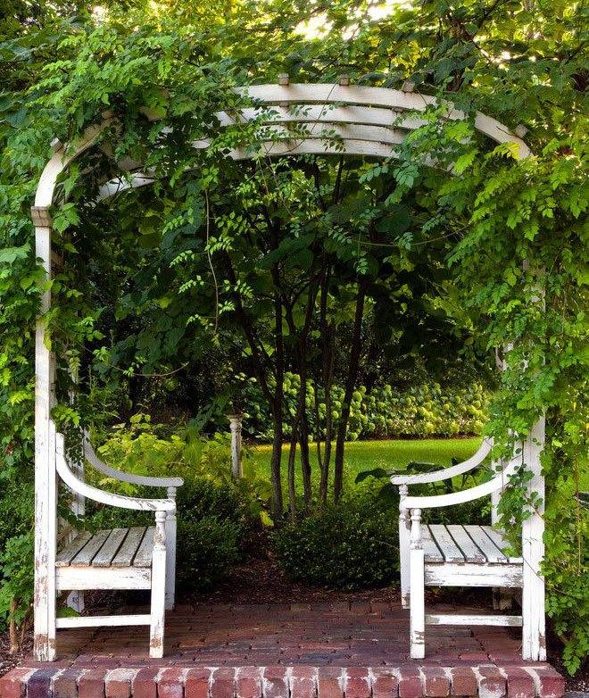 Арка с садовыми скамейками