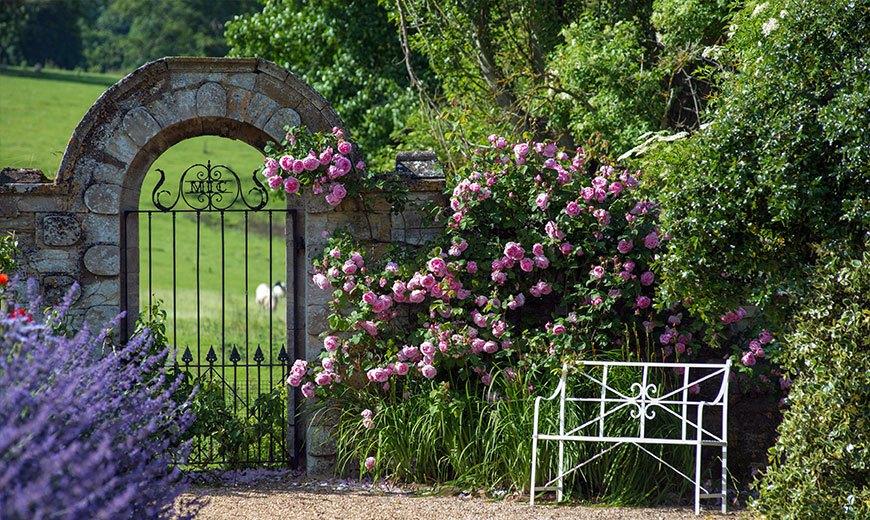 Садовая скамейка у входа