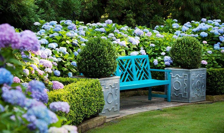Красивая скамейка у газона