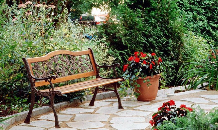 Красивая скамейка в саду