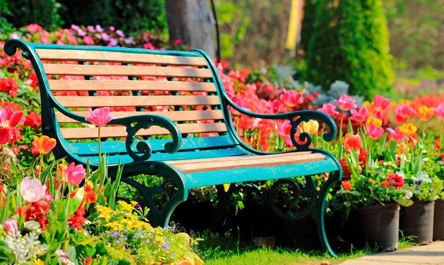 Яркая садовая скамейка