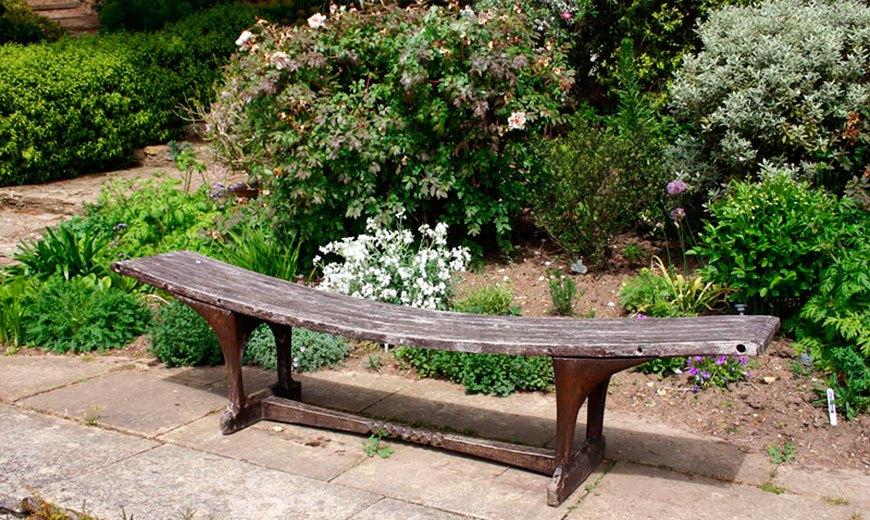Необычная деревянная скамейка
