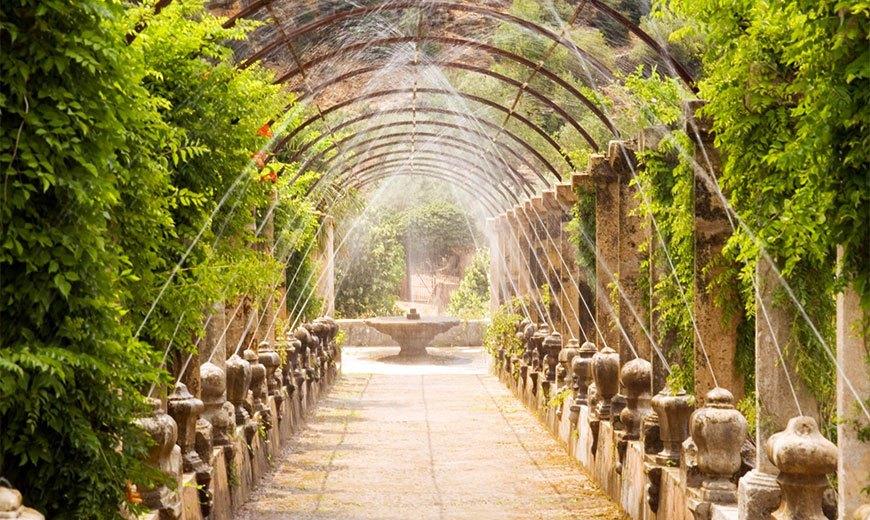 Арка в саду с фонтанами